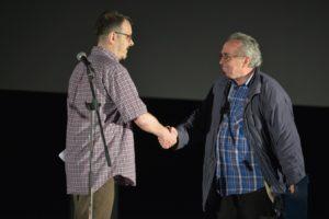 Predsjednik HDFK Igor Saračević uručuje nagradu za životno djelo Nenadu Polimcu (fotografija: Davor Zupičić)