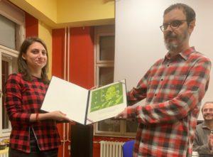 Dini Pokrajac nagradu uručuje predsjednik HDFK Igor Saračević (Fotografija: Robert Jukić)